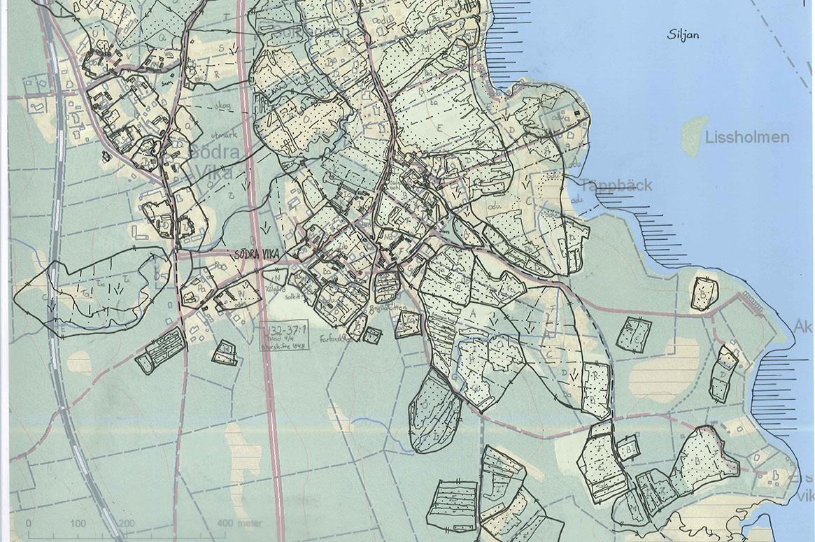 Kartöverlägg där 1840-talskartan är avritad på ett genomskinligt papper, bakom detta ligger en karta från 2010-talet.