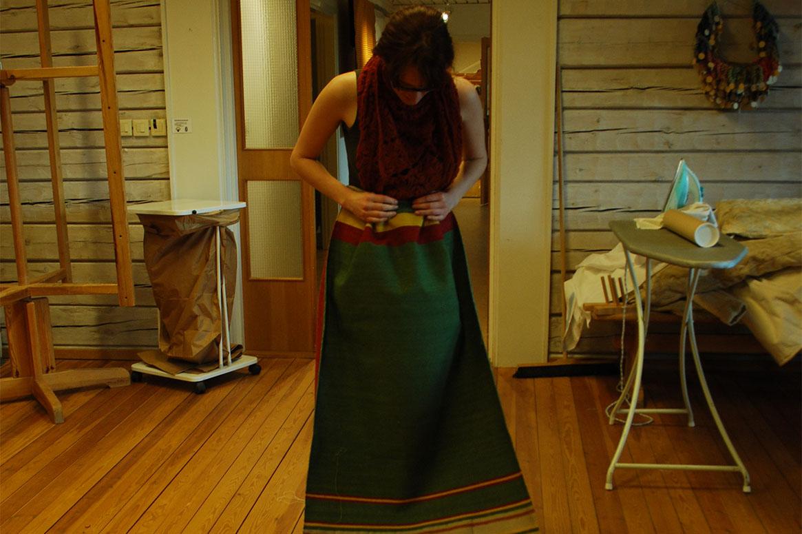 Emma står med den ommonterade magden framför sig och testar hur det kommer att se ut.