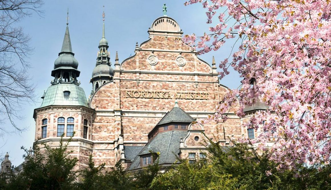 Nordiska museets gavel under körsbärsblommning.