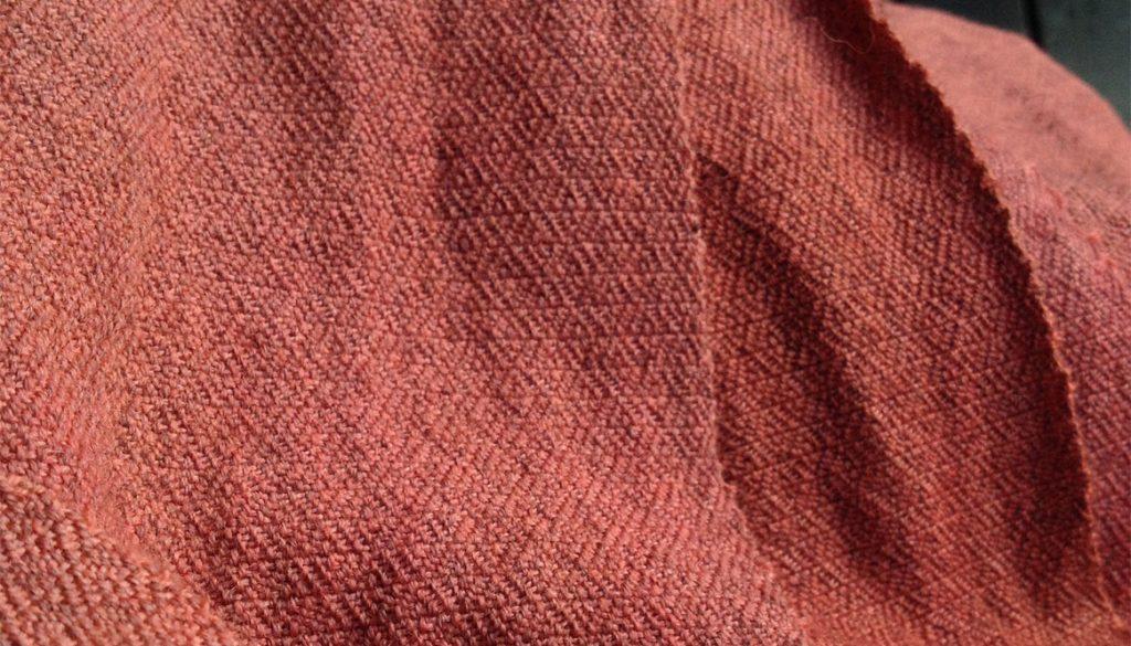 Närbild på handvävd krappfärgad diamantkypert.