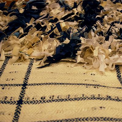 En rya med nockor av trasor och slätsida i linne.